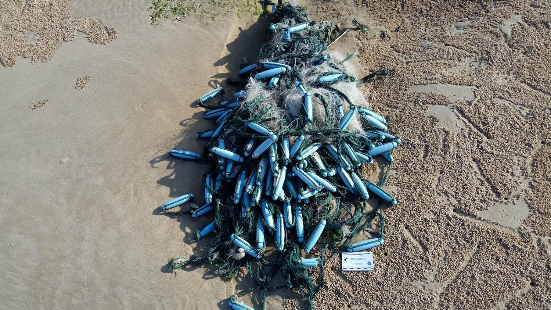 浙江浮标和纠结成团的刺网,常出现在台湾各地海岸。(黑潮海洋文教基金会提供)