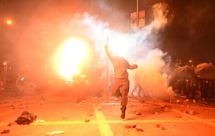 万颗催泪弹砸落香港,漫天烟雾衍生环境祸害。(法新社)