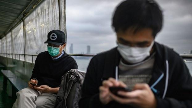 新型冠状病毒肺炎肆虐中国。图为2020年2月5日,在香港渡轮戴着口罩的乘客。(法新社)