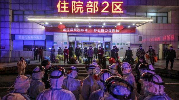 一家武汉医院的新冠肺炎病人正在转往雷神山医院。(法新社资料图片)