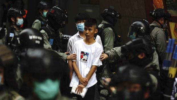 2020年5月27日香港警察逮捕一名年轻的抗议者。(美联社)