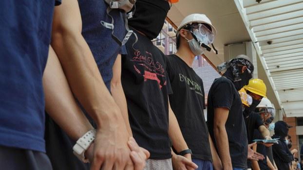 2019年9月9日一场抗议中香港抗议者手拉手。(美联社)