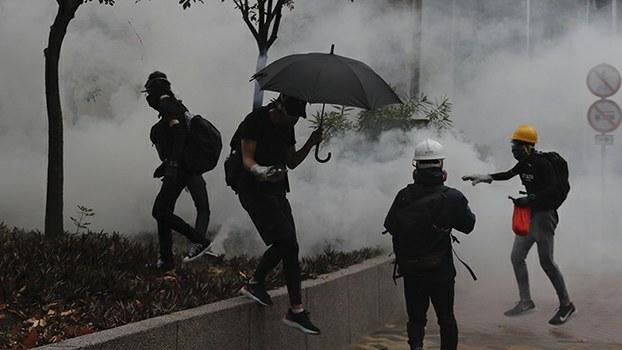 2019年10月6日,香港警察施放催泪弹驱赶抗议民众。(美联社)