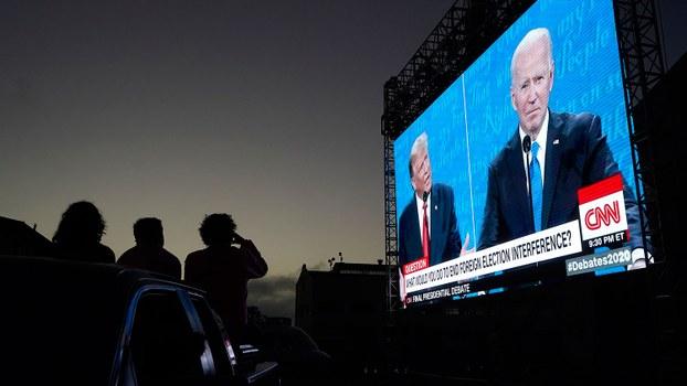 图为,2020年10月22日,在旧金山人们,从车辆上观看美国总统特朗普和民主党总统候选人拜登举行最后一场竞选辩论。(AP)