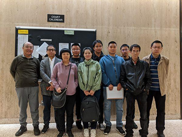 多位华人赴西柯汶纳(West Covina)法庭支持应讯的邹东尼(音译,Tony Zou。前排右二)。(徐绣惠/大纪元)