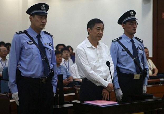 图片:2013年8月22日,济南中级法院审理薄熙来受贿、贪污、滥用职权案庭审现场。(济南中院微博)