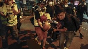 香港医务人员在救护抗议中的伤员。(美联社)