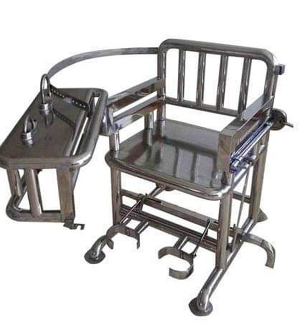 """中国有一种特殊的审讯椅子,有人称它为""""老虎凳""""。(推特照片)"""