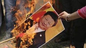 2020年7月1日,印度抗议民众在焚烧中国国家主席习近平的画像。(美联社)