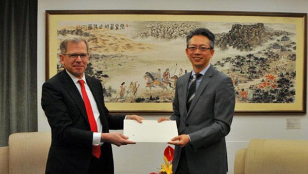 瑞士驻华大使罗志谊(Bernardino Regazzoni,左)。(中国外交部网站)