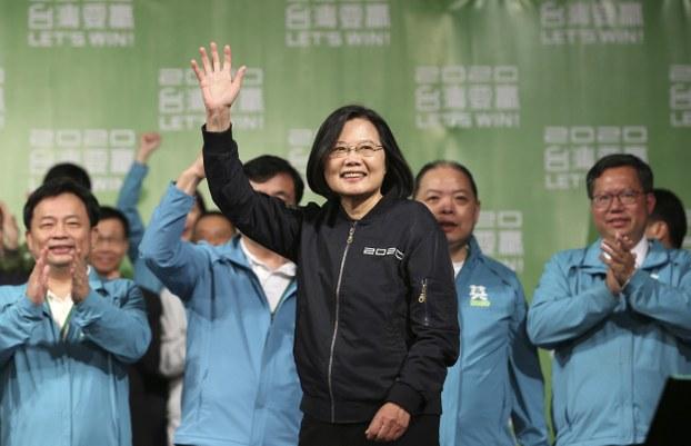 台湾现任总统蔡英文在选举获胜后向支持者挥手致意。(美联社)