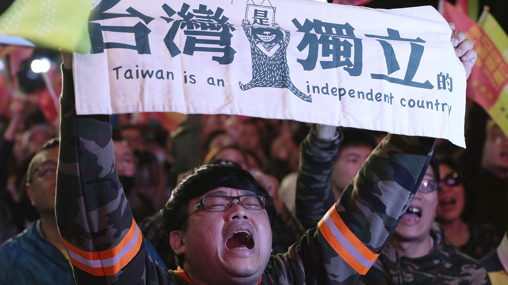 在台湾总统选举活动中,有人打出台湾独立的标语。(美联社)