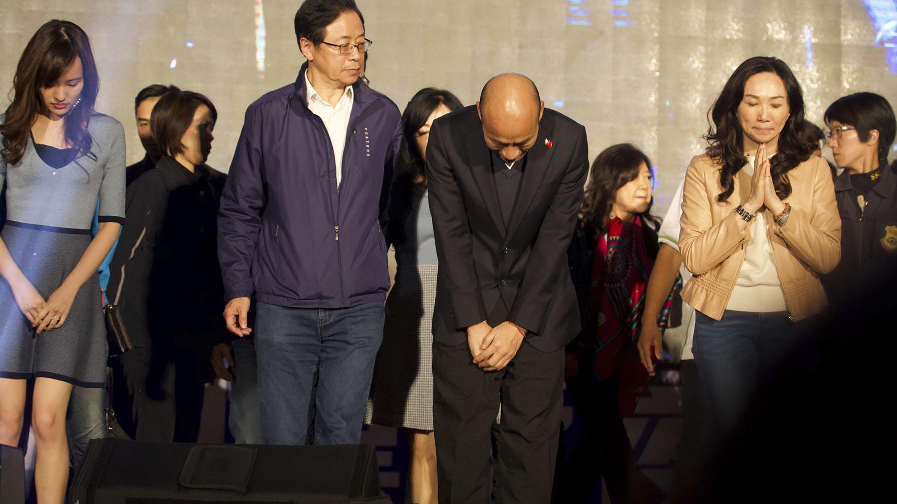 台湾总统选举人韩国瑜在选举失败后向支持者鞠躬道歉。(美联社)