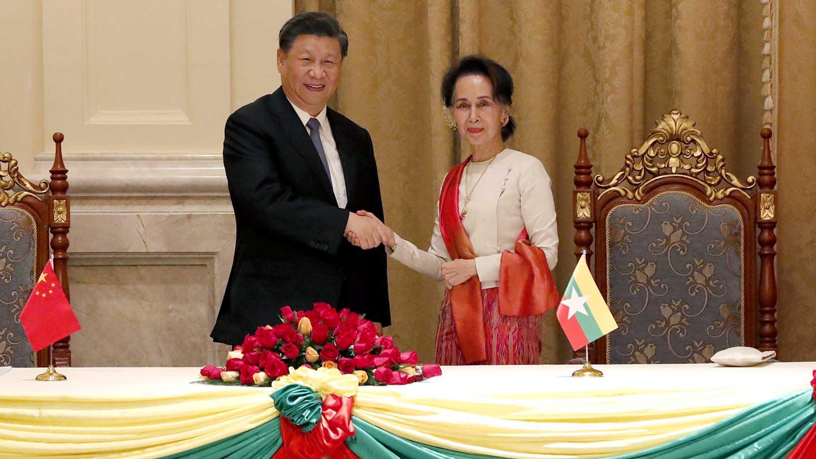 中国国家主席习近平(左)访问缅甸会晤缅甸国务资政昂山素季。(美联社)