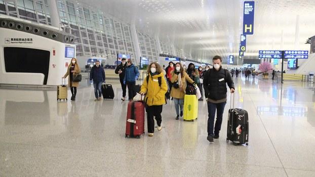 2020年2月1日欧盟国家公民离开武汉机场。(美联社)
