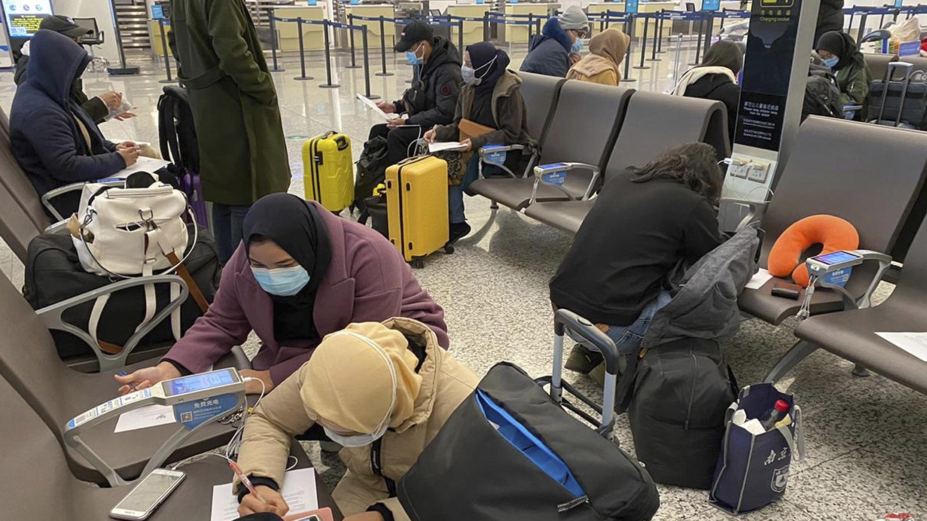 2020年2月1日印尼公民离开武汉机场。(美联社)
