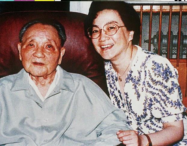 邓小平和小女儿邓榕(Public Domain)