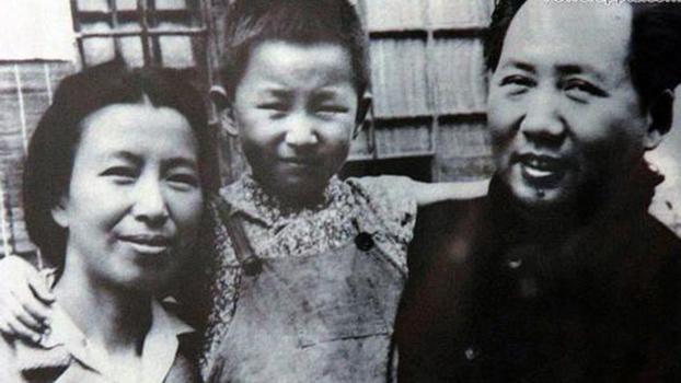 毛泽东和江青以及女儿李讷。(Public Domain)