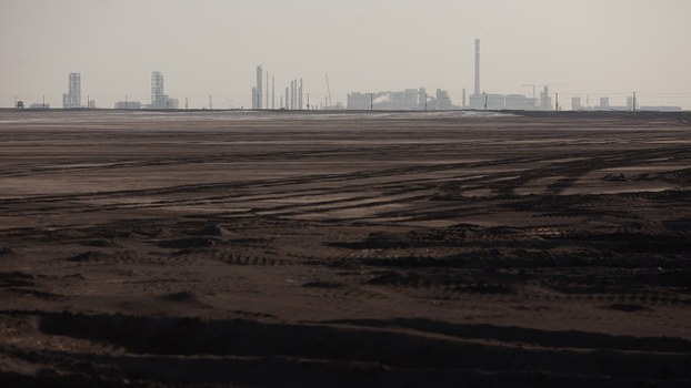 中国稀土开采带来很多污染。图为中国一个稀土冶炼厂附近的稀土废物堆积在一个干涸的湖泊里。(法新社)