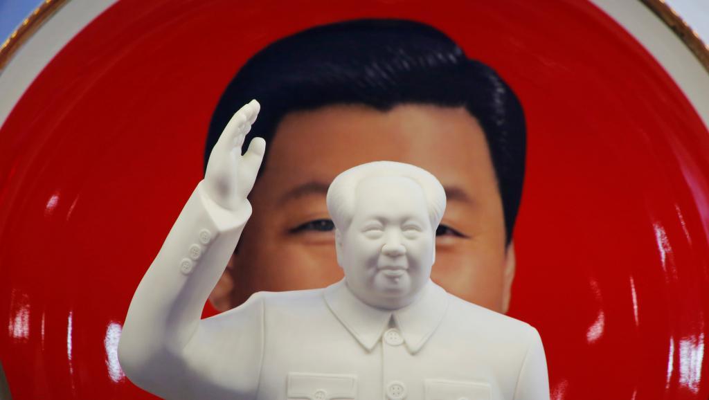 资料图片:北京一家商店出售的毛泽东和习近平的纪念品。(路透社)