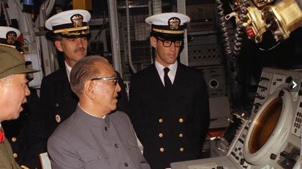 耿飚访问美国登上美国军舰。(Public Domain)
