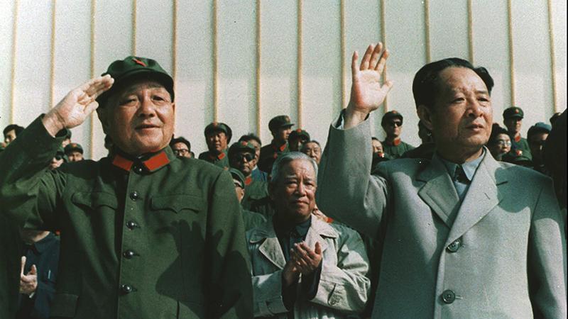 资料图片:中共前总书记胡耀邦(右)与中央军委前主席邓小平。(美联社)