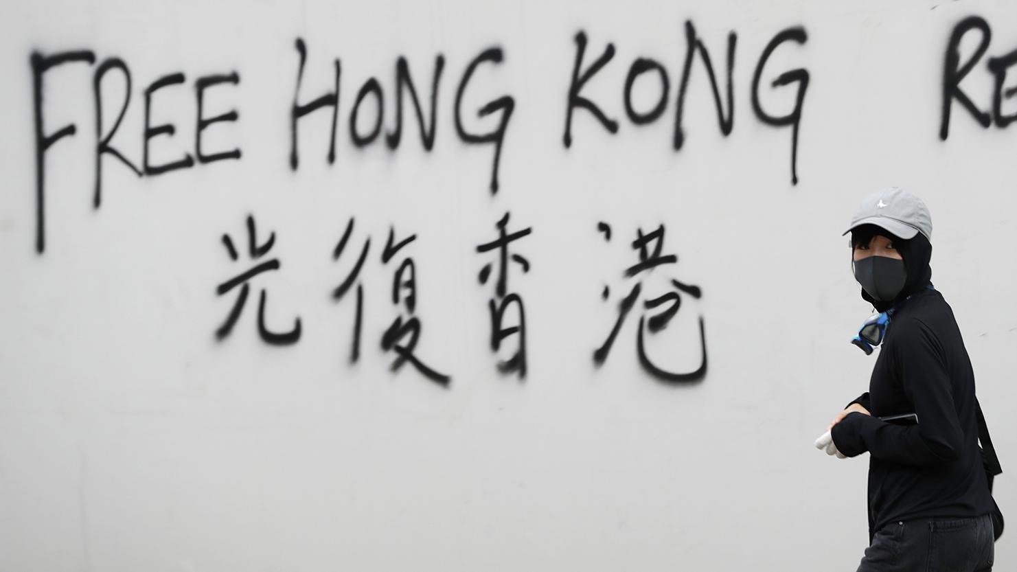 """香港示威抗议者写下的""""光复香港""""的标语。(美联社)"""