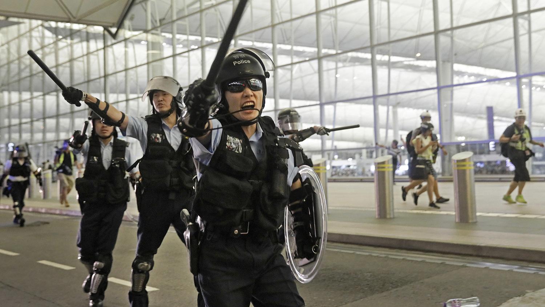 手持警棒的香港警察。(美联社)