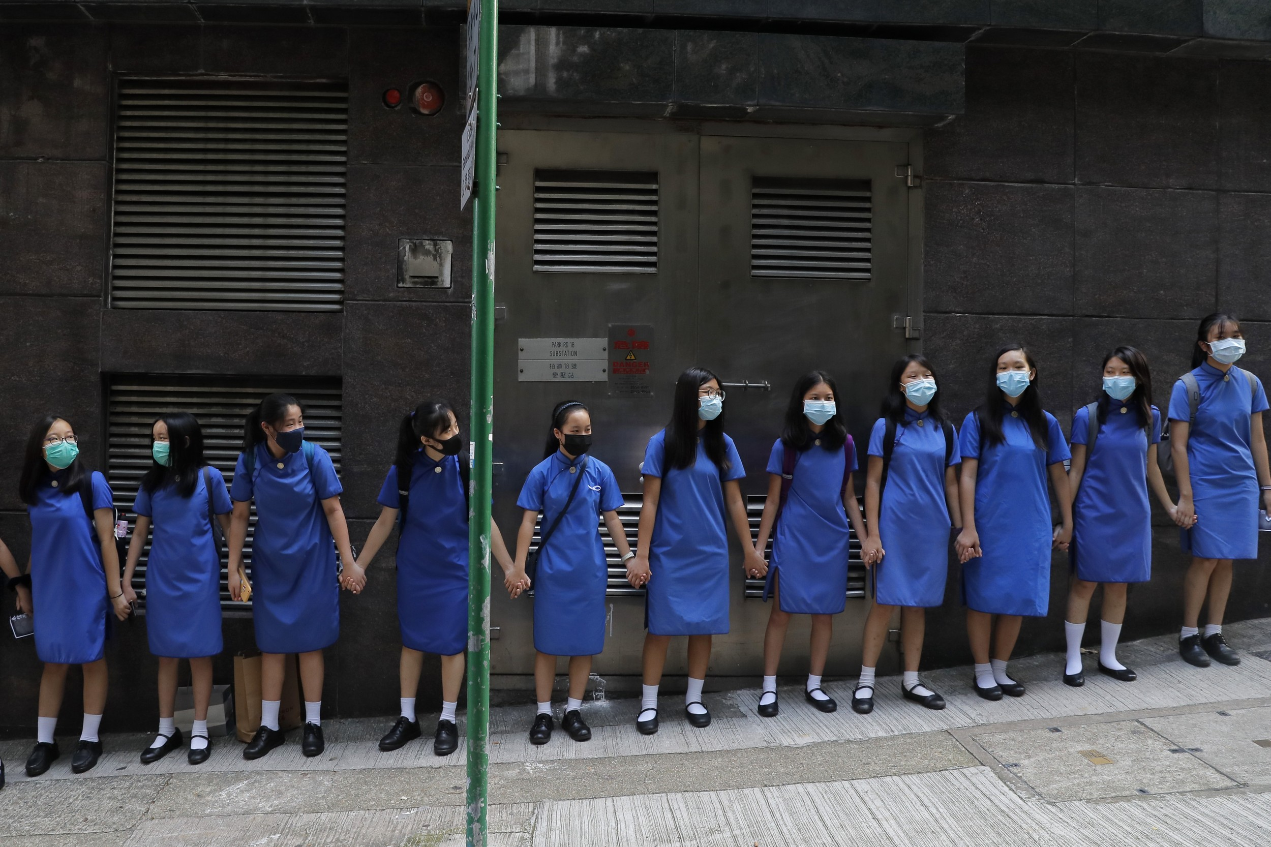 2019年9月9日,香港抗议者手拉手组成人墙。(美联社)