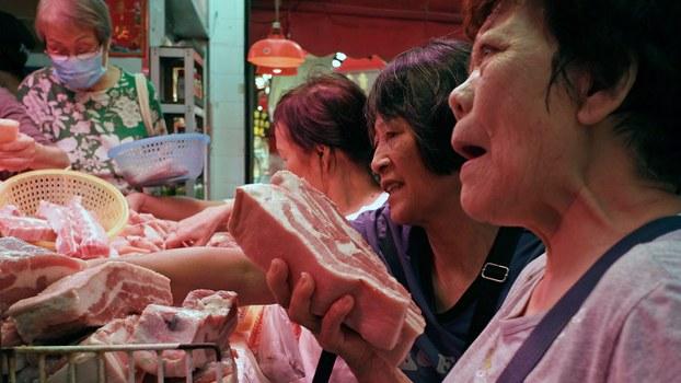 猪肉价格暴升导致新一轮通胀率高于市场预期。为了降低公众对猪肉的需求,官媒发表文章,呼吁民众少吃猪肉。(资料图/美联社)