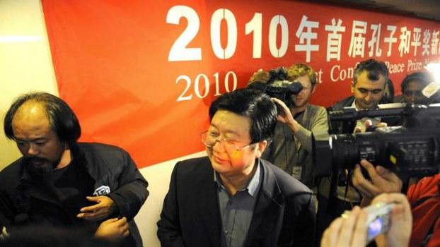 """2010年首届""""孔子和平奖""""创办人北京师大哲学博士谭长流(右)和诗人谯达摩接受媒体采访。(法新社资料图片)"""