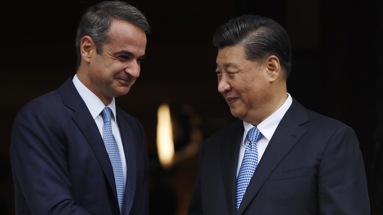 2019年11月11日,在四中全会之后不久,中国国家主席习近平出席外事活动。图为习近平(右)在雅典同希腊总理米佐塔基斯会谈。 (美联社)