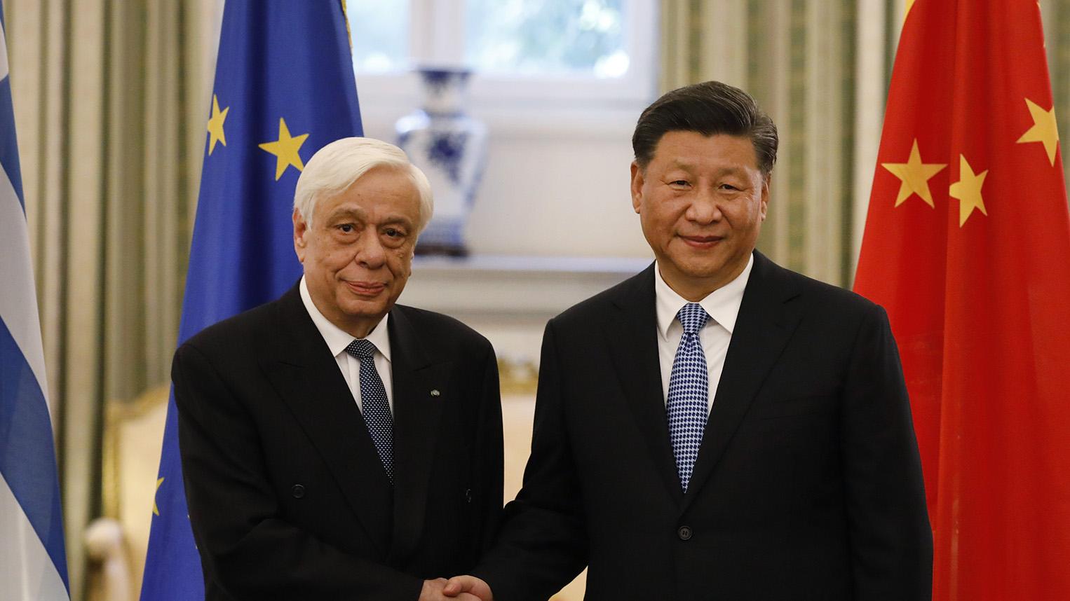 2019年11月11日,在四中全会之后不久,中国国家主席习近平出席外事活动。图为习近平(右)在雅典同希腊总统帕夫洛普洛斯握手。 (美联社)
