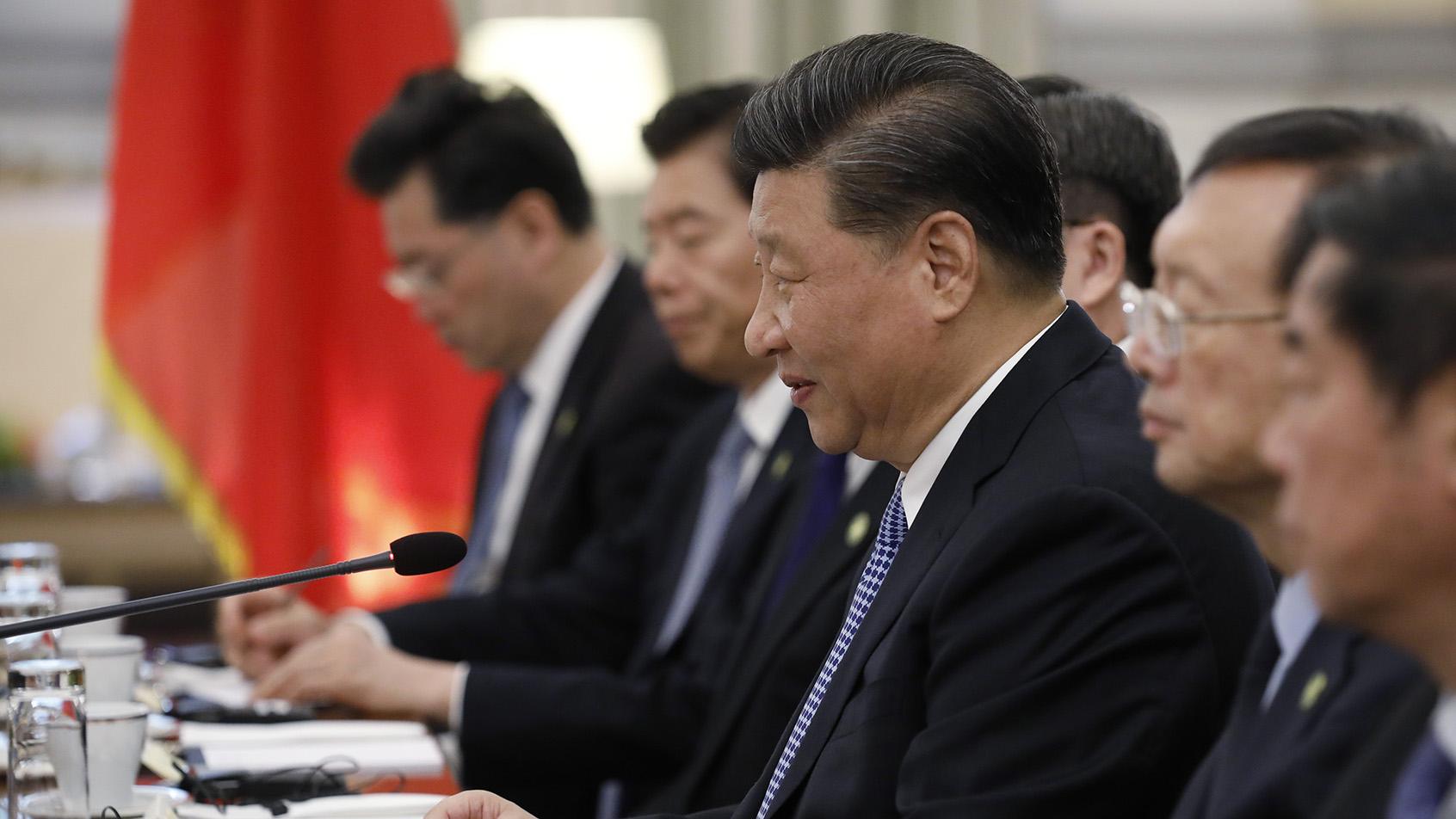 2019年11月11日,在四中全会之后不久,中国国家主席习近平出席外事活动。图为习近平(右三)在雅典同希腊总理米佐塔基斯会谈。 (美联社)