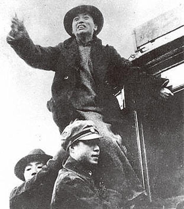 图为一二‧九运动时,黄敬在电车上演讲。(Public Domain)
