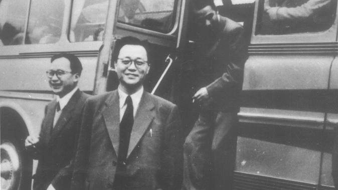 黄敬(中)1956年率团赴苏联考察归国时摄。(Public Domain)