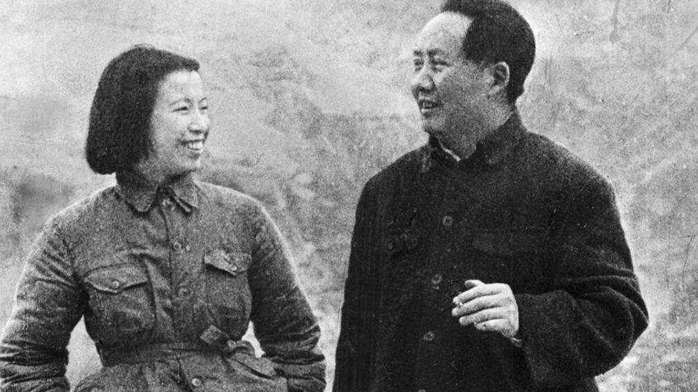 毛泽东(右)和江青在延安。(Public Domain)
