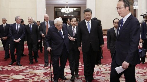 2019年11月22日中国国家主席习近平(中间靠右)会见美国前国务卿基辛格(中间靠左)。(美联社)