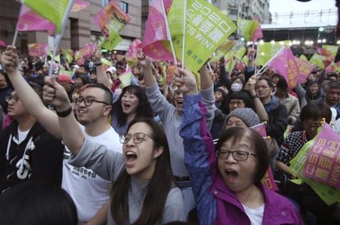 蔡英文获胜后,支持她的台湾选民欢呼。(美联社)
