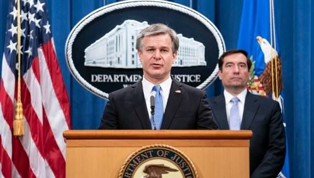 2020年10月28日,联邦调查局局长克里斯托弗·雷在司法部举行的网络新闻发布会上讲话,司法部助理部长约翰·德默斯站在一旁。(美联社)