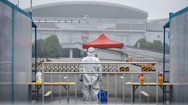 2020年2月22日,一名穿着防护服的医务人员正在湖北省武汉市的一家临时医院外。(法新社)