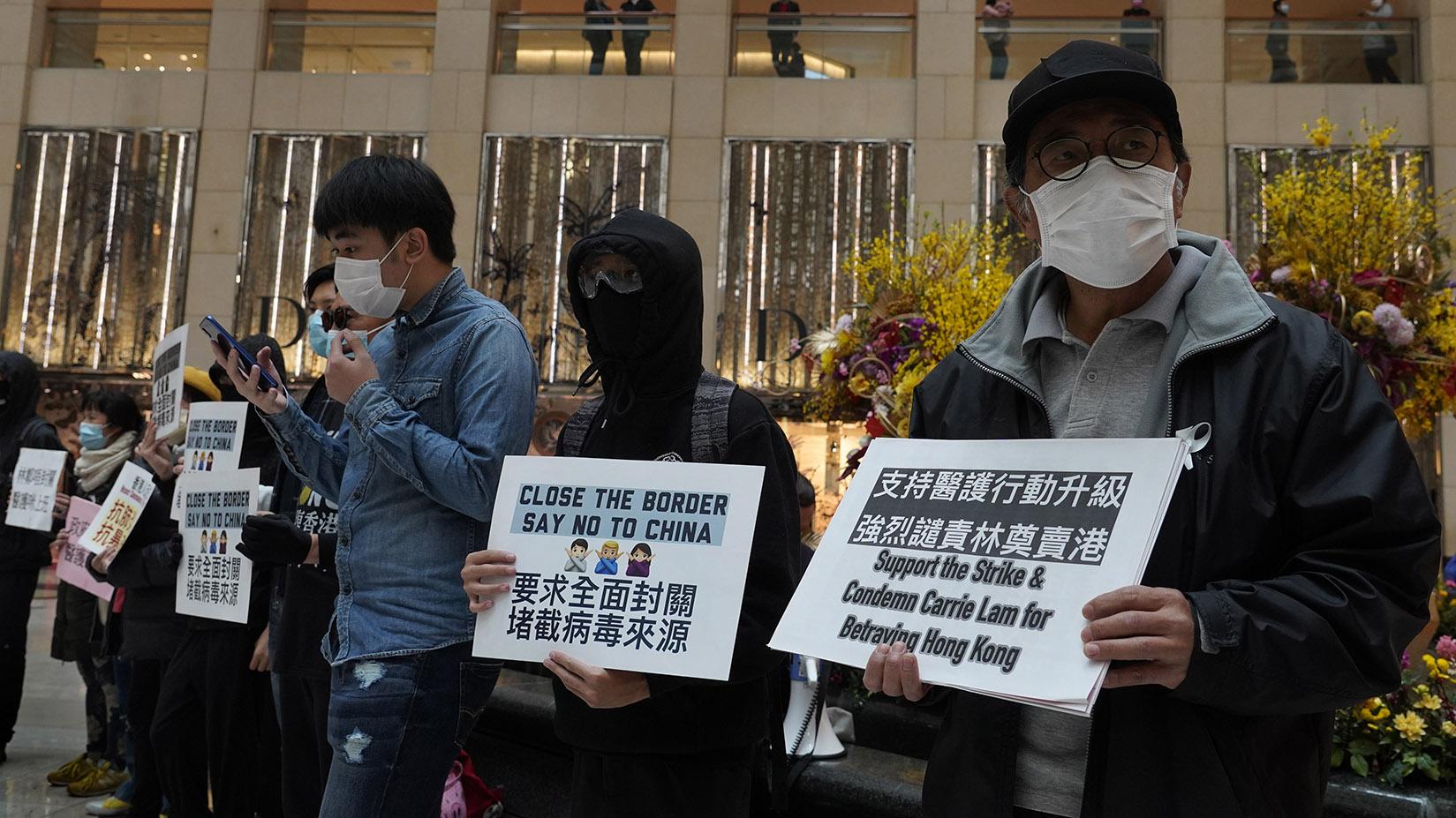 2020年2月4日香港居民在抗议要求全面封关防堵武汉肺炎传播。(美联社)