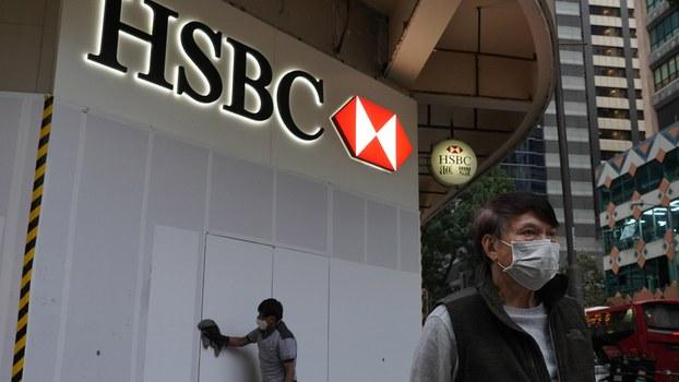 2020年2月4日香港一名清洁工在清洁HSBC银行的建筑,香港已经出现一例武汉肺炎死亡的病例。(美联社)