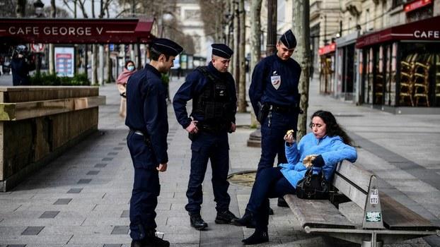2020年3月17日,法国警察在控制一个不配合隔离政策的女性。(法新社)
