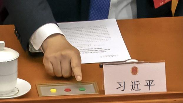 2020年5月28日,中国国家主席习近平和在全国人大会议就港版国安法进行表决时按下赞成键。 (美联社)