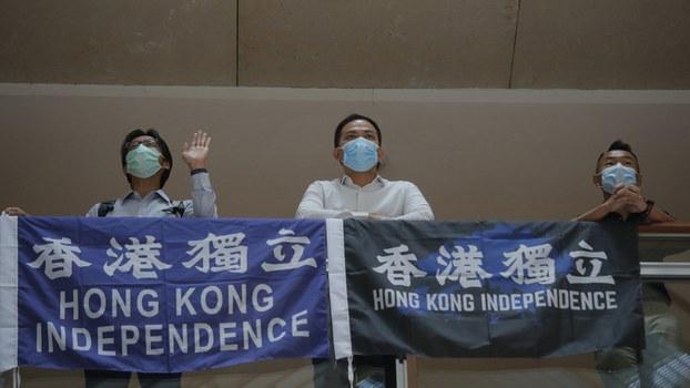 """2020年6月16日,香港抗议民众举着""""香港独立""""的抗议标语。(美联社)"""