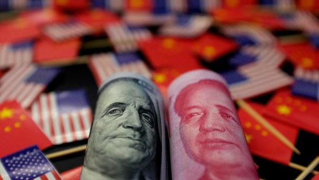 中国人民币兑换美元的汇率十一年来首次跌破七的关卡。美国总统特朗普在推特上指责中国是汇率操纵国。(资料图/路透社)