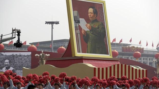 中共70周年国庆游行队列中的毛泽东巨型画像。(美联社)