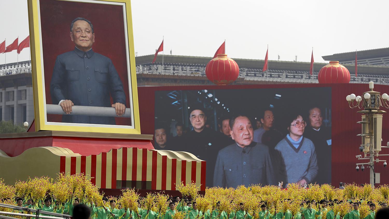 中共70周年国庆游行队列中的邓小平巨型画像。(美联社)