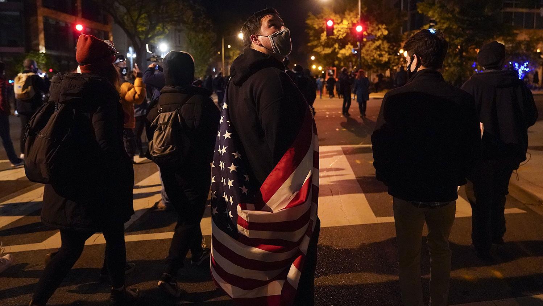 2020年11月3日美国总统选举日晚上,美国首都华盛顿的抗议人群。(美联社)